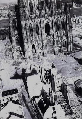 """Read more about the article """"einestages"""" zeigt historische Tieffliegerfotos von Deutschland aus dem Mai 1945"""
