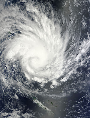 Read more about the article Aktuelle wahnsinnige Bilder des Monster Zyklone Yasi vor Australien.