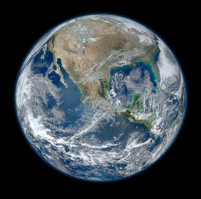 """Read more about the article NASA zeigt ein neues """"Blue Marble"""" Foto im Format 8000×8000 Pixel"""